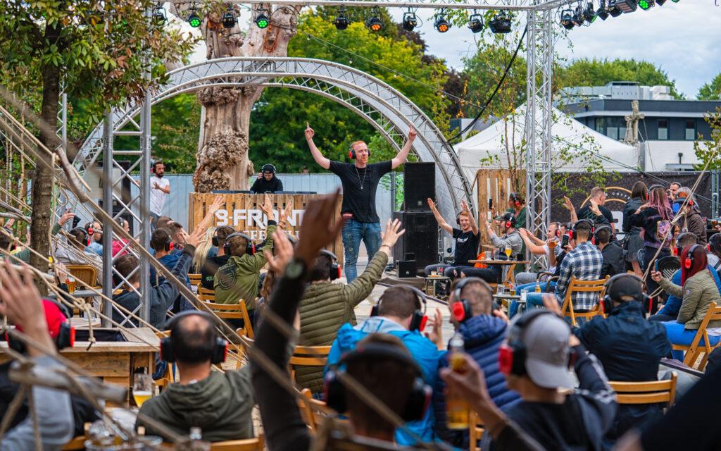 B-Front's Silent Disco Coffee zaterdag zondag weekender dorpsterras udenhout